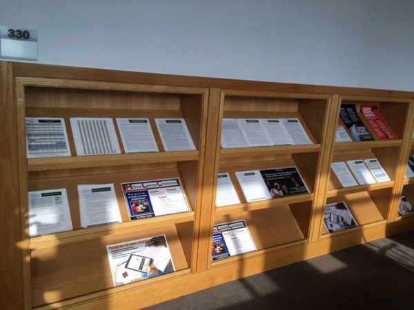 Shelves outside the McGraw Center with learning resource handouts Photo by: Princeton University, McGraw Center, Learning Programs staff (2019)